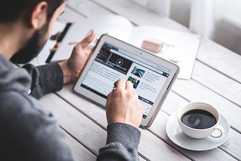 ISO 19011:2018 - Homem olhando as observações na tela do tablet