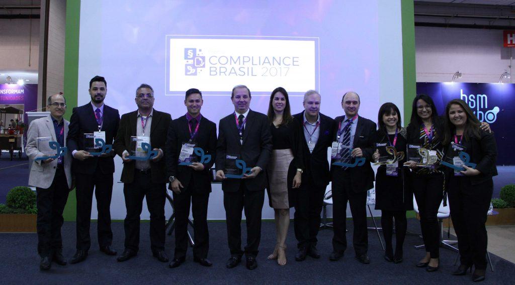 Prêmio Compliance Brasil da Verde Ghaia. Da direita para esquerda, Laerte Scarpitta é a quarta pessoa e, na ocasião, homenageado como Troféu Excelência em Desempenho Legal de Energia.