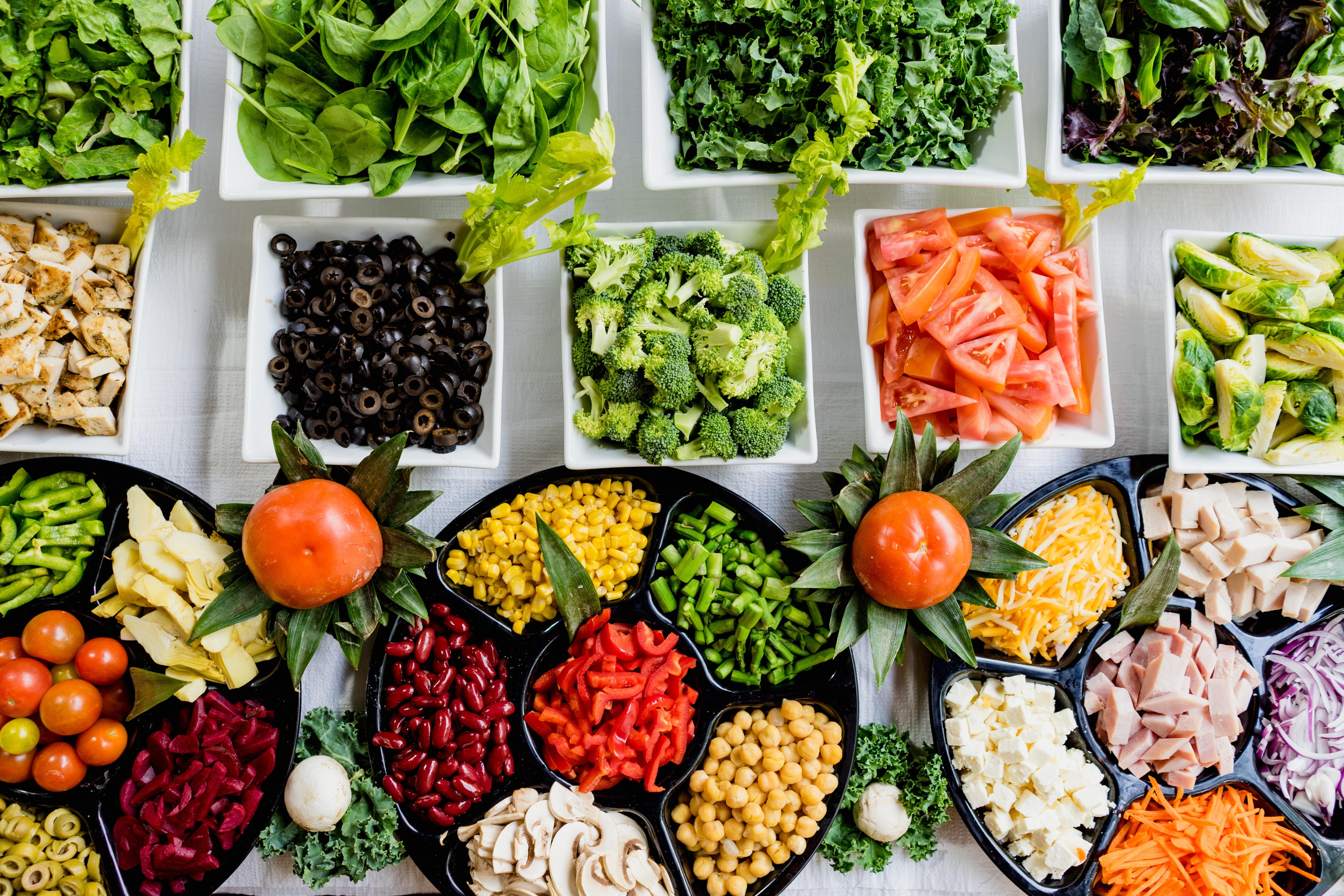 imagem de várias frutas, legumes e verduras sob a mesa - ISO 22000 - Saúde e segurança de alimentos e Segurança Alimentar
