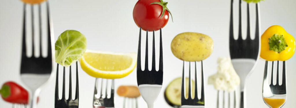 imagem de vários garfos com frutas espetadas - ISO 22000 - segurança de alimentos e segurança alimentar