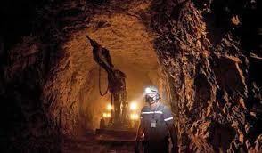 homem trabalhando em Mina de Minério. Proteção contra poeira mineral