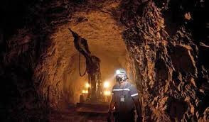 homem trabalhando em Mina de Minério