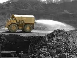 caminhão de água jogando água no minério retirado das minas.