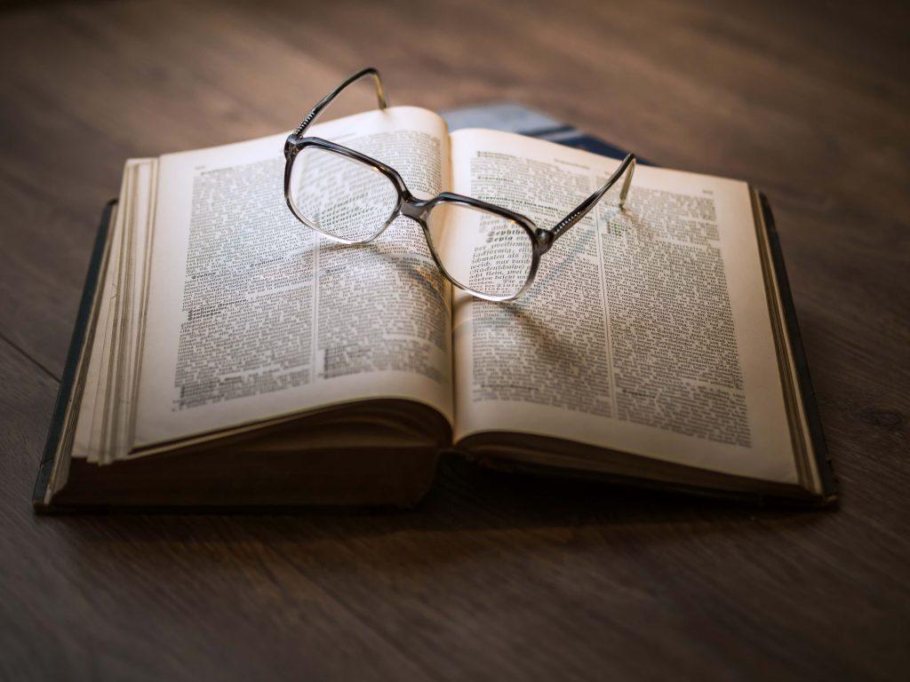 óculos em cima de um livro - aposentadoria especial