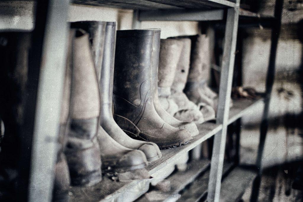 EPIS sendo mostrados sujos, expostos em um armário de ferro. EAD da Verde Ghaia sobre Legislação em Saúde e Segurança no Trabalho