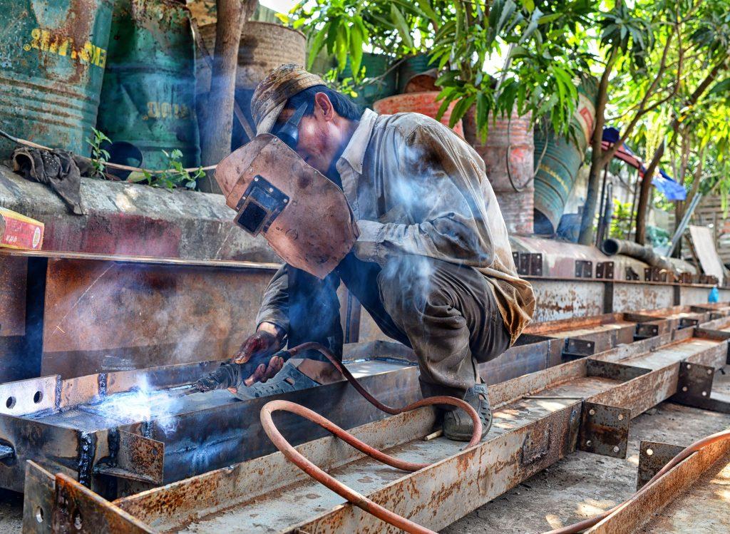 trabalhador com solda sem todos os equipamentos de segurança - NR 20 - Gestão de SSO em atividades com Inflamáveis e Líquidos Combustíveis