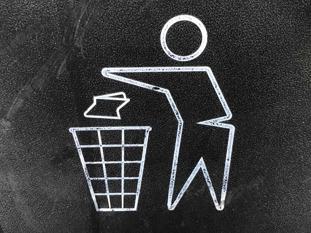 imagem de um desenho feito de giz jogando papel na lixeira - Coleta Seletiva nas Organizações