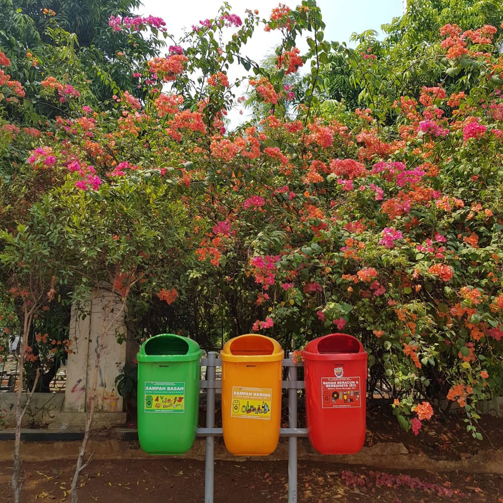 containers de coleta seletiva na rua - Coleta Seletiva nas Organizações